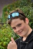 有雀斑的愉快的微笑的十几岁的男孩 图库摄影