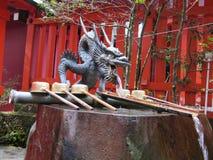 有雄鸭的日本喷泉 免版税库存照片