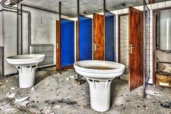 有集体水槽和阵雨的老洗手间在被放弃的f 免版税库存照片