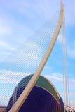 有集市大厦的金桥梁在背景,巴伦西亚西班牙 免版税库存照片