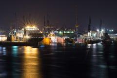 有集装箱船的造船厂造船厂在汉堡港口在晚上 免版税库存照片