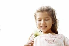 有雏菊的女孩在公园。 免版税图库摄影