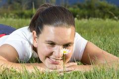 有雏菊的逗人喜爱的微笑的女孩 免版税库存照片