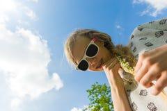 有雏菊链环的女孩 免版税图库摄影