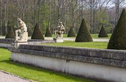 有雕塑和树的庄园庭院 图库摄影