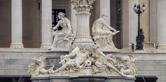 有雕塑的美丽和美妙的古色古香的喷泉 免版税库存照片