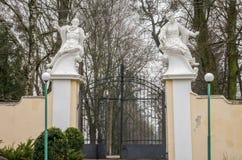 有雕塑的门在一座老被放弃的城堡的大厦 图库摄影