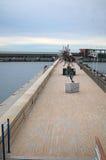 有雕塑的离开的码头 当代艺术在摩纳哥 免版税库存照片