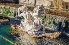 有雕象和岩石的一个美丽的喷泉 免版税库存图片