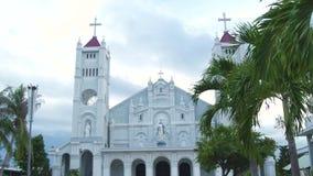 有雕象圣母玛丽亚和耶稣基督宗教建筑学的天主教门面宽容大教堂与十字架 股票录像
