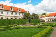有雕象的一个喷泉和开花的栗树在Wallenstein庭院Valdstejnska Zahrada,布拉格,捷克 免版税库存照片