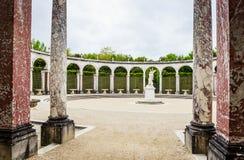 有雕象的柱廊喷泉Proserpina强奸  免版税库存图片