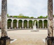 有雕象的柱廊喷泉Proserpina强奸  库存照片