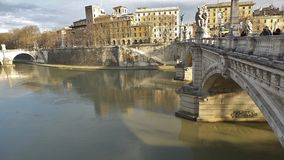 有雕象的桥梁在城堡Saint'Angelo前面 免版税库存图片