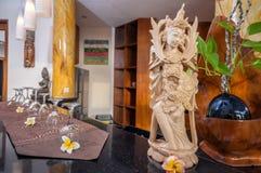 有雕象的现代木厨房 库存照片