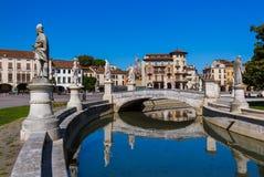 有雕象的运河在prato della瓦尔在帕多瓦意大利 库存照片