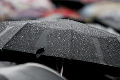 有雨下落的雨伞 免版税库存图片