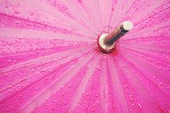 有雨珠和葡萄酒过滤器作用的伞 库存照片