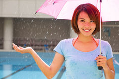 有雨的微笑的少妇 免版税库存图片