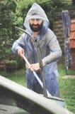 有雨衣的人在大雨下 库存照片