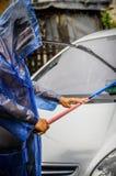 有雨衣的人在大雨下 库存图片