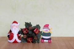 有雪人、玩具熊、球和红色响铃的一点圣诞节主题的玩具 库存图片