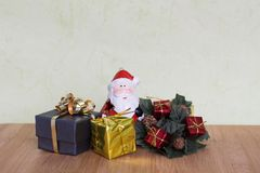 有雪人、玩具熊、球和红色响铃的一点圣诞节主题的玩具 免版税库存照片