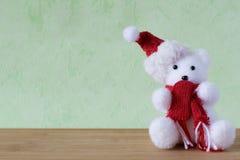 有雪人、玩具熊、球和红色响铃的一点圣诞节主题的玩具 库存照片