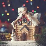 有雪人和冷杉的圣诞节神仙的房子在与诗歌选的不可思议的假日大气分支 库存照片