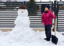 有雪人的女孩 免版税库存照片