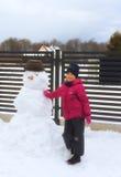 有雪人的女孩 免版税库存图片