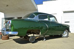 1954年有雪佛兰的汽车轮胎和春天修理 免版税图库摄影