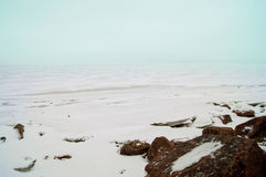 有雪冰晶石的冬天海 图库摄影
