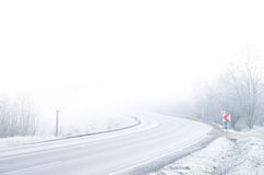 有雪和冰的白色冬天路 免版税库存照片