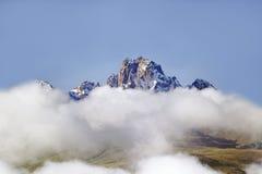 有雪和白色松的云彩的肯尼亚山天线,非洲在1月,在17,058英尺的第二座高山或5199给予 图库摄影