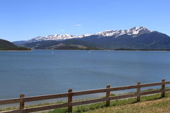 有雪和篱芭的Mountain湖 库存照片