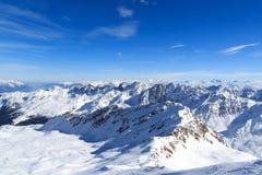 有雪和蓝天的山全景在冬天在Stubai阿尔卑斯 免版税库存图片