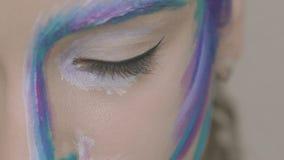 有雪女王/王后开放眼睛和看的艺术构成的魅力女孩对照相机 影视素材