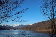 有雪山的湖 免版税库存图片