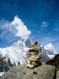 有雪山的石石标在喜马拉雅山 免版税图库摄影