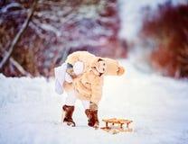 有雪撬的女孩 免版税库存图片