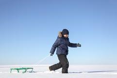 有雪撬的男孩 库存照片