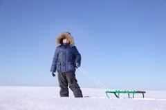 有雪撬的男孩 图库摄影