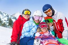有雪板的五个愉快的微笑的朋友 图库摄影