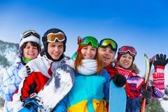 有雪板的五个正面朋友 库存图片