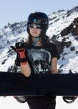 有雪板的美丽的女孩 图库摄影