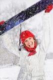 有雪板的美丽的妇女在雪天 免版税库存图片
