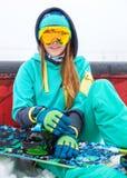 有雪板的美丽的愉快的年轻挡雪板女孩 库存图片