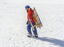 有雪橇的男孩 库存图片