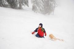 有雪橇的男孩 免版税库存图片